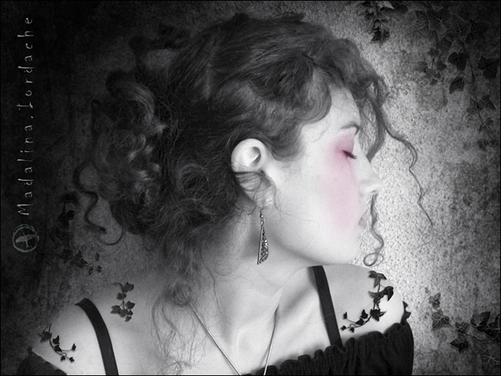 Madalina Iordache-Levay - Selfportrait with ivy - fotografiromani.ro